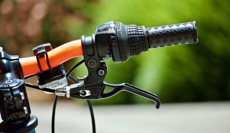 Cyklista havaroval při jízdě parkem, zraněním na místě podlehl